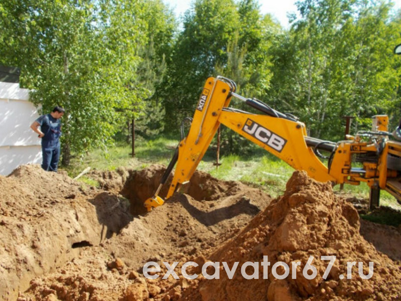 экскаватор копает землю